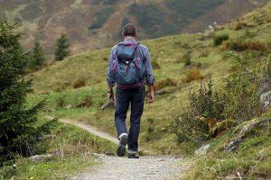hombre mochila trekking preparada