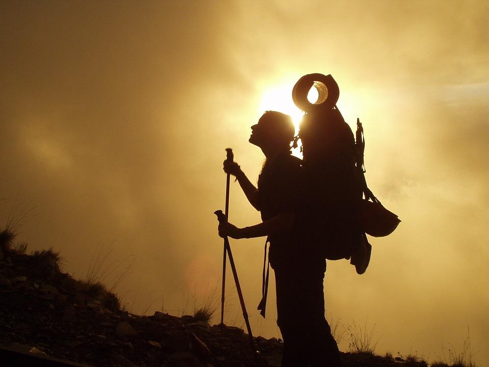 mochila trekking puesta sol